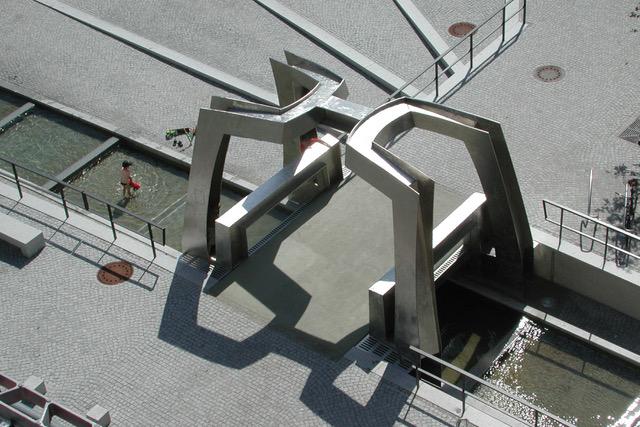 """RAUMKLAMMER - NEUE VIERGELINDENBRÜCKE ROSTOCK"" Edelstahl, 2001-2003"